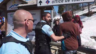 Des gendarmes français face à des manifestants qui tentent de faire passer des migrants à la frontière franco-italienne, le 22 avril 2018, à Montgenèvre. (HANDOUT / LOCALTEAM / AFP)