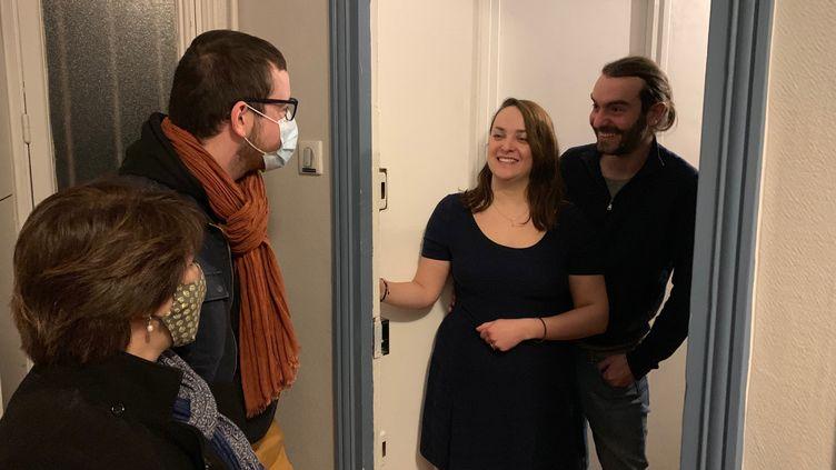 Pendant la crise sanitaire, des liens d'amitiés se sont tissés entre les voisins de cet immeuble parisien. (MATHILDE VINCENEUX / RADIO FRANCE)