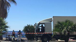 Le camion du tueur, criblé de balles, le 15 juillet2016 à Nice (Alpes-Maritimes). (VALERY HACHE / AFP)