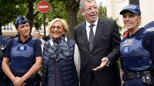 Le député-maire de Levallois-Perret (Hauts-de-Seine), Patrick Balkany, et son épouse Isabelle posent avec des membres de la police municipale de la ville, le 7 mai 2015. (BERTRAND GUAY / AFP)
