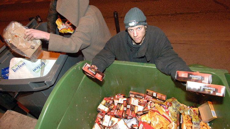 Des freegans, militants anti-gaspillage, récupèrent de la nourriture jetée mais encore consommable dans les poubelles des supermarchés et de certains traiteurs, le 12 février 2008. (THIERRY LOPEZ / MAXPPP)