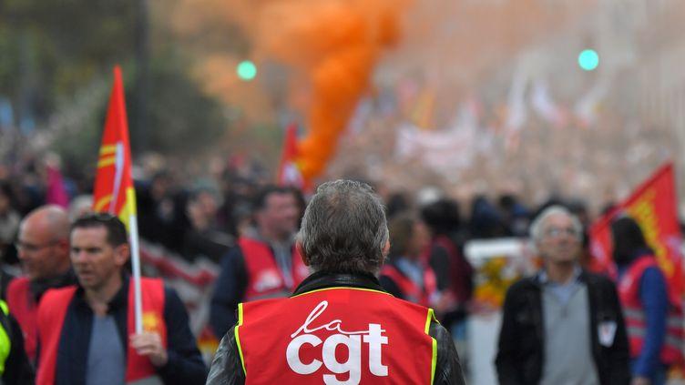 Un syndicaliste de la CGT manifeste à Nantes, le 10 octobre 2017. (LOIC VENANCE / AFP)