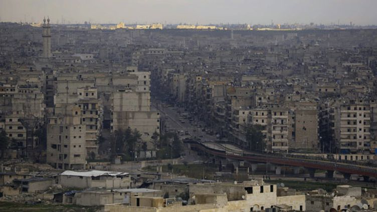 (La ville d'Alep, en Syrie, ravagée par les combats après trois ans de guerre civile © REUTERS)