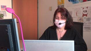 """Delphine Perone, assistante sociale, assure plusieurs heures d'écoute pour """"Allo Familles"""" par semaine. (France 3 Alpes)"""
