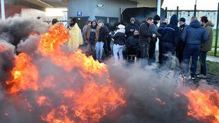 Des surveillants de prison en grève devant la prison de Condé-sur-Sarthe (Orne), le 7 mars 2019. (JEAN-FRANCOIS MONIER / AFP)