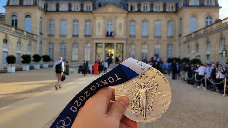 La médaille olympique de Tokyo continue son tour de France jusqu'à l'Elysée. (CECILIA BERDER / FRANCEINFO / RADIO FRANCE)