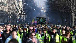 """Des """"gilets jaunes"""" manifestent à Paris, le 16 février 2019. (ERIC FEFERBERG / AFP)"""