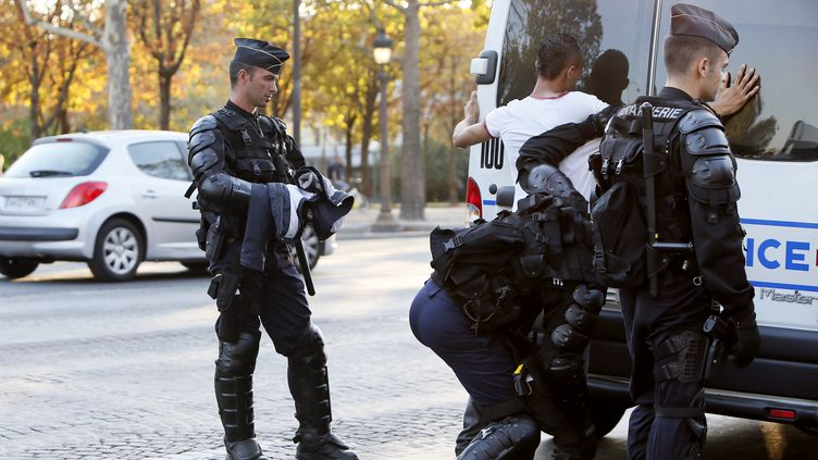 Les forces de l'ordre procèdent à des arrestations après la manifestation non autorisée à Paris, le 15 septembre 2012. (KENZO TRIBOUILLARD / AFP)