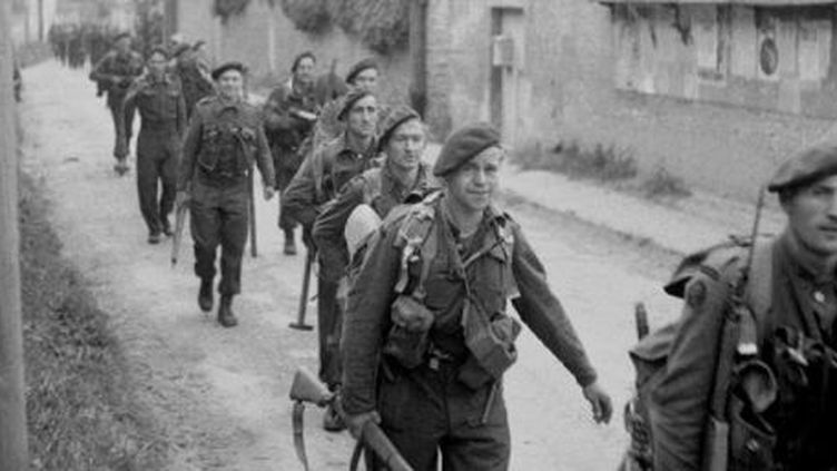 Le commando n°4traverse Colleville-sur-Orne (www.d-day-overlord.com)