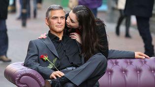 A l'occasion de la Saint Valentin, le musée Madame Tussauds de Londres (Royaume-Uni) offre la possibilité de passer un moment auprès de George Clooney en cire, le 13 février 2013. (REX / SIPA)