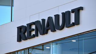 Le logo de Renault devant un concessionnaire à Tokyo, le 23 novembre 2018. (KAZUHIRO NOGI / AFP)