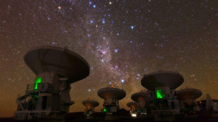 Des télescopes installés dans le désert d'Atacama, au Chili,le 2 novembre 2011. (B.A.TAFRESHI  / NOVAPIX / AFP)