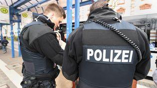 La police allemande procède à un contrôle d'identité dans les rues d'Offenbach (Allemagne), le 23 mars 2017. (MAXPPP)