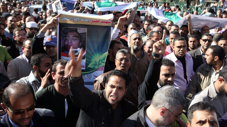 Les funérailles de partisans du président Morsi, à la mosquée Al-Azhar, au Caire (Egype), vendredi 7 décembre 2012. (MAXPPP)