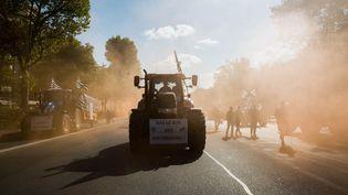 Un tracteur circule près de la place de la Nation, à Paris, le 3 septembre 2015. (JEAN-MARC DAVID / SIPA)