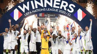 L'équipe de France célèbre sa victoire lors de la Ligue des nations face à l'Espagne, dimanche 10 octobre 2021. (FRANCK FIFE / AFP)