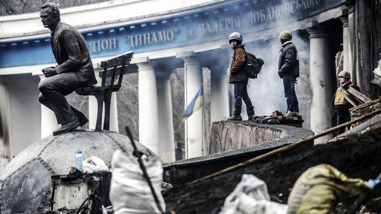 Des manifestants sur la place de l'Indépendance à Kiev (Ukraine), le 23 février 2014. (BULENT KILIC / AFP)