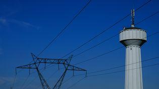 Un pylone électrique àSt Pierre-des-Ifs (Calvados), le 14 août 2016. (JOEL SAGET / AFP)