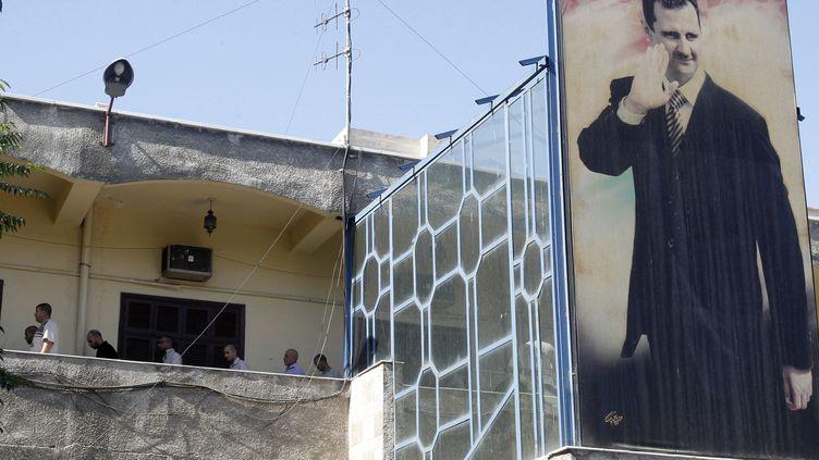 Des détenus dans un bâtiment de la police à Damas (Syrie), le 11 juillet 2012. (KHALED AL HARIRI / REUTERS)