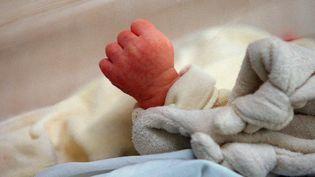 Un nouveau-né au service maternité de l'hôpital franco-britannique de Levallois-Perret. (DIDIER PALLAGES / AFP)