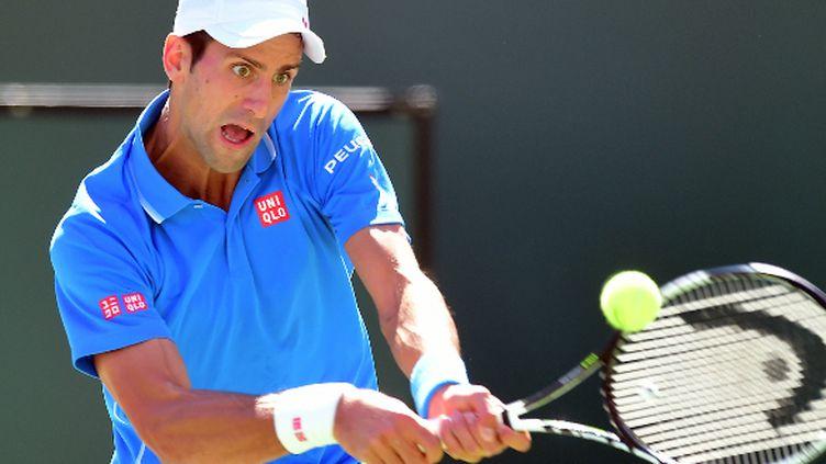 Novak Djokovic dévore la balle des yeux