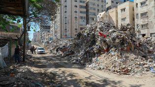 Des décombres de bâtiments après les attaques israéliennes sur la bande de Gaza, le 19 mai 2021. (OMER ENSAR / ANADOLU AGENCY / AFP)