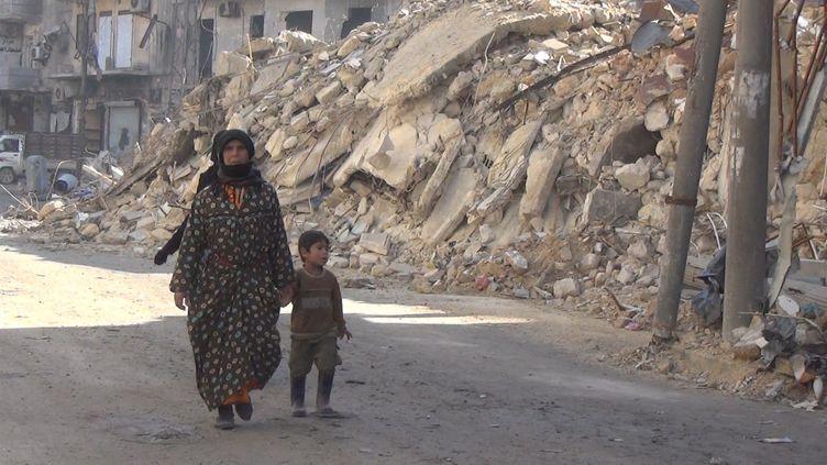 En janvier 2017, des habitants d'Alep-Est retrouvent leur quartier dévasté. (GILLES GALLINARO / RADIO FRANCE)