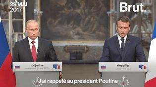 Sputnik et RT sont deux médias d'origines russes qui émettent dans plusieurs langues. Emmanuel Macron a critiqué leur fonctionnement lors de sa rencontre avec Vladimir Poutine. (Brut)