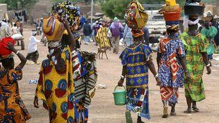 Des habitantes de Gorom Gorom, dans le nord du Burkina-Faso, se rendent au marché. (PHILIPPE ROY / PHILIPPE ROY)