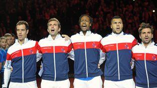 L'équipe de France de tennis entonne la Marseillaise, le 21 novembre 2014 en finale de la Coupe Davis à Villeneuve-d'Ascq (Nord). (PHILIPPE HUGUEN / AFP)