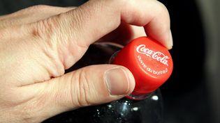 Un bouchon sur une bouteille de Coca Cola. (LIONEL VADAM / MAXPPP)