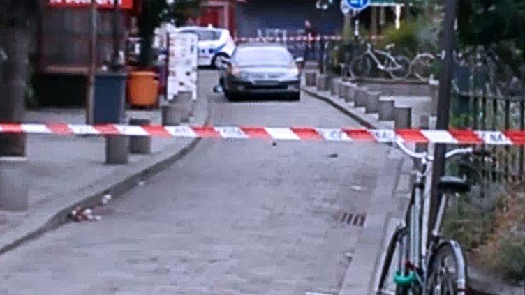 Capture d'écran d'une vidéo où l'on voit la voiture découverte remplie de bonbonnes de gaz, le 4 septembre 2016 à Paris. (CITIZENSIDE / AFP)