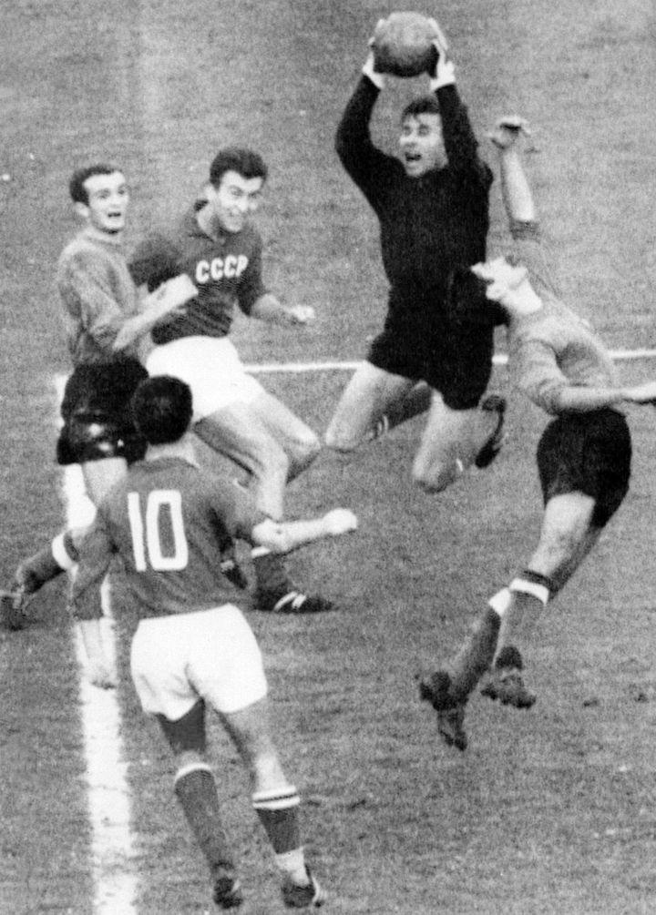 Le gardien soviétique Lev Yachine se saisit de la balle lors d'un match Russie-Italie qualificatif pour l'Euro 1964, le 11 novembre 1963 à Rome (Italie). (STAFF / AFP)