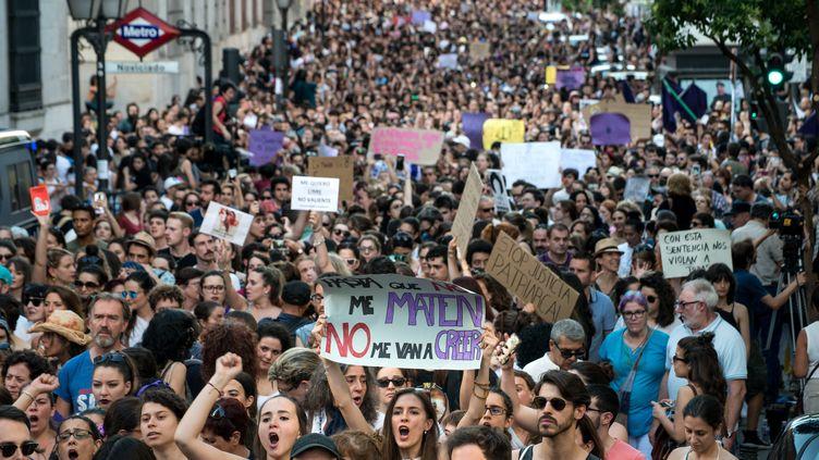 """Une manifestation à Madrid, vendredi 22 juin, après la libération sous contrôle judiciaire de cinq hommes condamnés pour """"abus sexuel"""" sur une jeune femme, lors des fêtes de Pampelune en 2016. (ADOLFO LUJAN / CROWDSPARK / AFP)"""