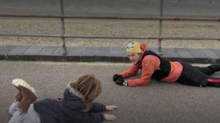 Une photo, prise en Angleterre, d'un joggeur allongé sur le sol, en train de rassurer un enfant autiste pris d'une crise d'angoisse, a fait le tour du monde sur Internet. Touchée, la mère du garçonnet témoigne aux caméras de France 2, lundi 19 avril. (FRANCE 2)