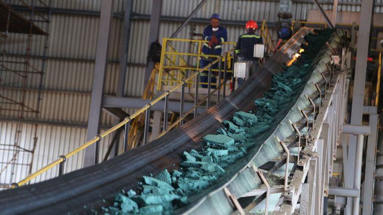 Cobalt brut dans une usine de Lubumbashi en République démocratique du Congo. La RDC fournit plus de 70% de la production mondiale de cobalt, la production est exportée en Chine pour y être raffinée. Photo prise à Lubumbashi le 16 février 2018. (SAMIR TOUNSI / AFP)