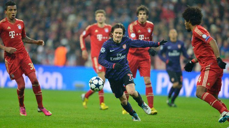 Rosicky (Arsenal) dans la tenaille du Bayern Munich (ODD ANDERSEN / AFP)