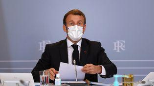 Emmanuel Macron lors d'un Conseil de défense, à l'Elysée, le 12 novembre 2020. (THIBAULT CAMUS / AFP)