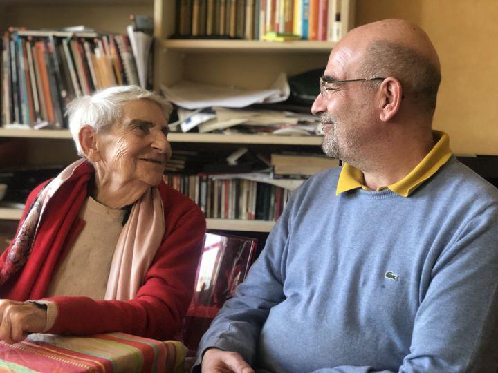 Eveline Szpirglas, 91 ans, rescapée d'Auschwitz, et son fils, Bruno Szpirglas, dans la ville du Mans en janvier 2020. (VICTOR MATET / FRANCE-INFO)