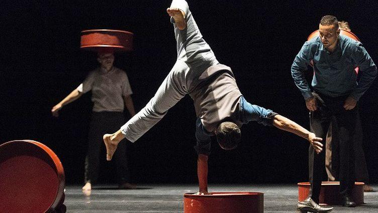 Le Groupe Acrobatique de Tanger revisite d'une manière moderne l'art ancetsral de l'acrobatie au Maroc  (ROMAIN LAFABREGUE / AFP)