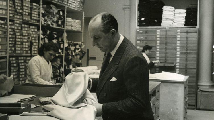 Christian Dior choisit un tissu (Association Willy Maywald / ADAGP, Paris 2020)