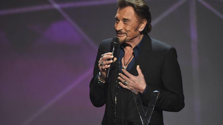 Johnny Hallyday reçoit une Victoire de la musique, à Paris, le12 février 2016. (BERTRAND GUAY / AFP)