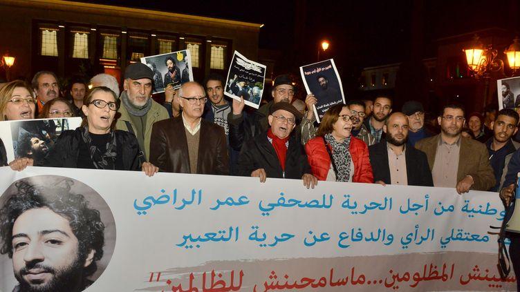 Des manifestants pour la libération d'Omar Radi, le 28 décembre 2019 au Maroc. (STR / AFP)
