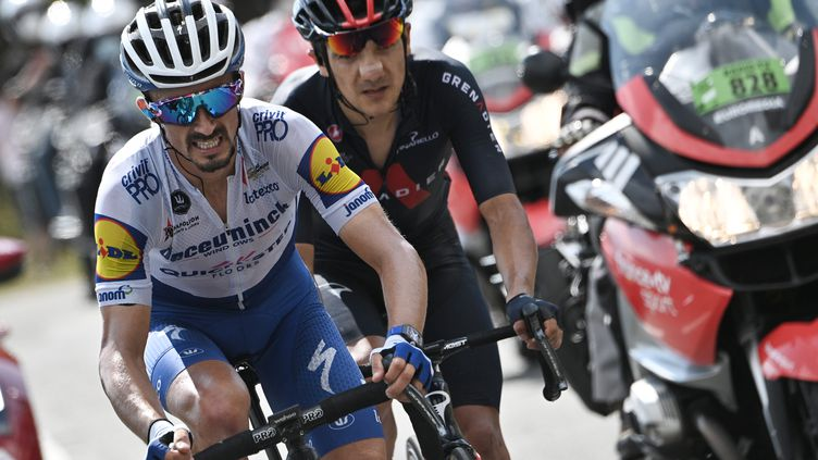 Julian Alaphilippe (Deceuninck) encore à l'attaque avec Richard Carapaz (Ineos Grenadiers) sur la 17e étape du Tour de France (ANNE-CHRISTINE POUJOULAT / AFP)