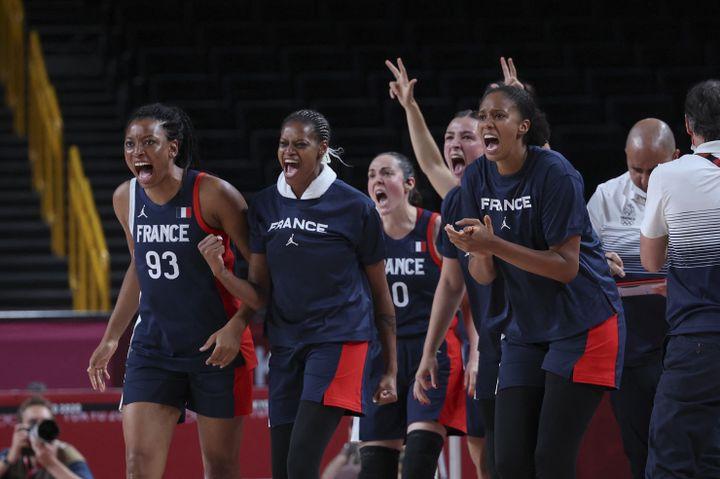Les Françaises réagissent après la victoire contre l'Espagne en quart de finale du tournoi de basket, le 4 août (THOMAS COEX / AFP)