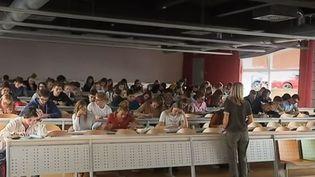 Plusieurs milliers d'étudiants français franchissent chaque année la frontière pour poursuivre leur cursus en Belgique. Les filières médicales et paramédicales sont particulièrement prisées. (FRANCE 3)