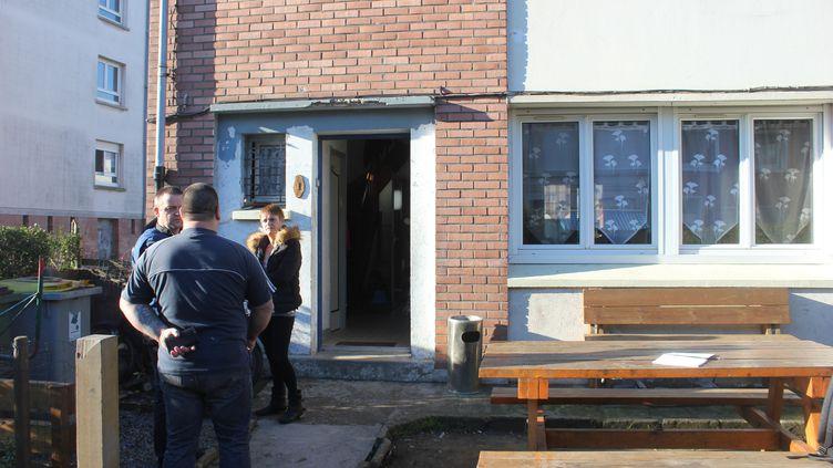 Le père de famille de dos, lundi 25 janvier, dans sa cour devant sa maison, lieu de l'altercation avec les manifestant pro-migrants. (CLEMENT PARROT / FRANCETV INFO)