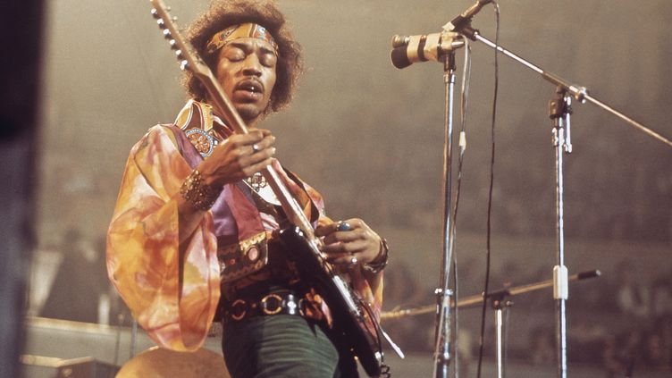 Jimi Hendrix sur scène au Royal Albert Hall de Londres le 24 février 1969. (DAVID REDFERN / REDFERNS / GETTY IMAGES)