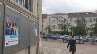 Une affiche électorale de la droite sur le canton de Champigny-sur-Marne 1 (Val-de-Marne), face à la mairie, le 29 juin 2021. (CHARLES-EDOUARD AMA KOFFI / FRANCEINFO)