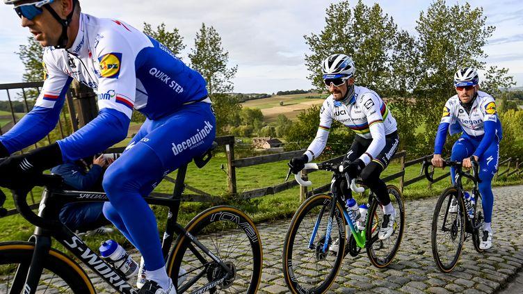 Julian Alaphilippe entouré de ses coéquipiers Zdenek Stybar (à gauche) et Dries Devenyns lors de la reconnaissance du Tour des Flandres, jeudi. (DIRK WAEM / BELGA MAG)